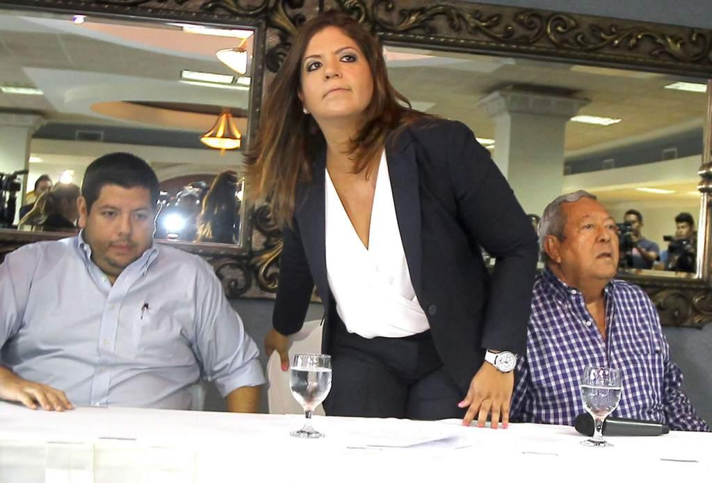 Lena Gutiérrez Vicepresidenta del Congreso Nacional junto a familia involucrada en latrocinio del IHSS