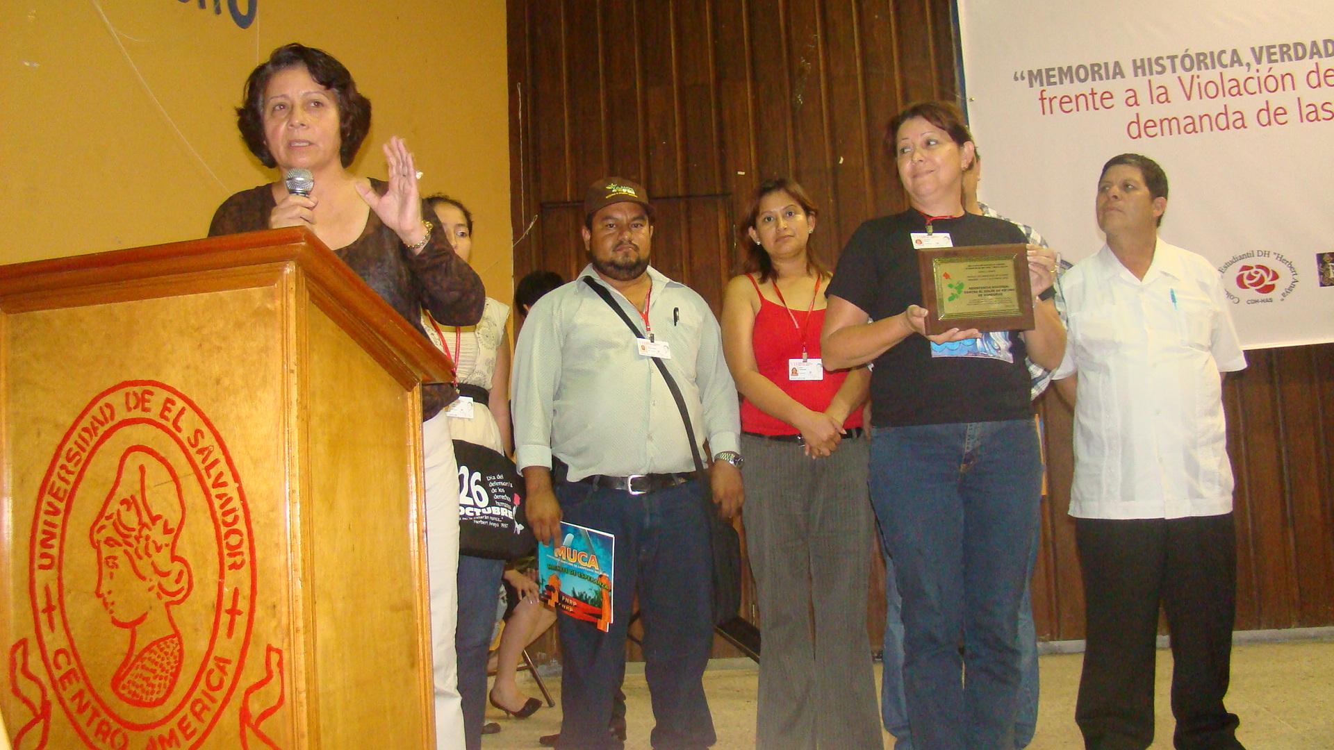 Entregan premio internacional de DD.HH. a resistencia hondureña (F.N.R.P)