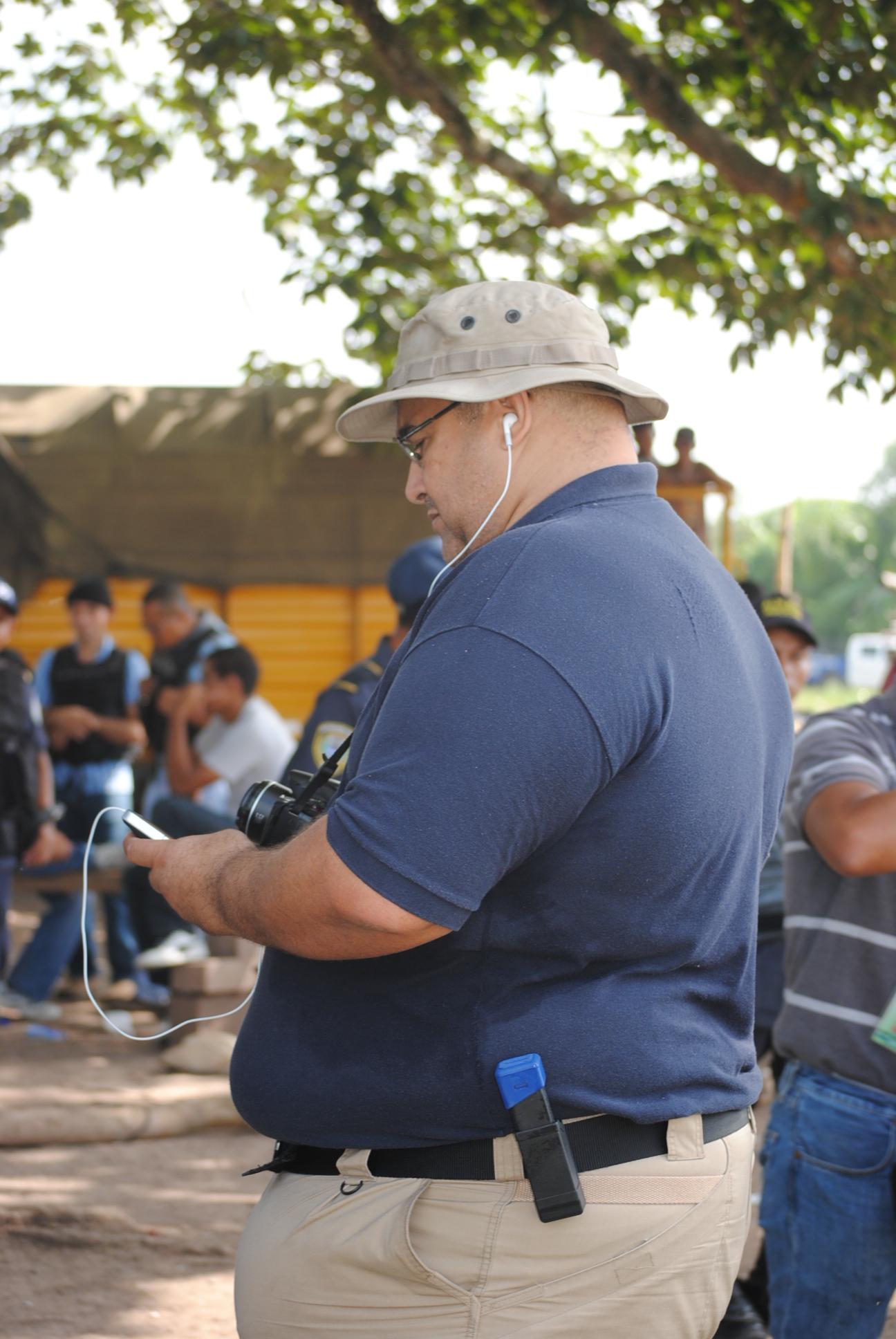 Hombre filma a periodistas mientras  cubrían operativo de desalojo a campesinos