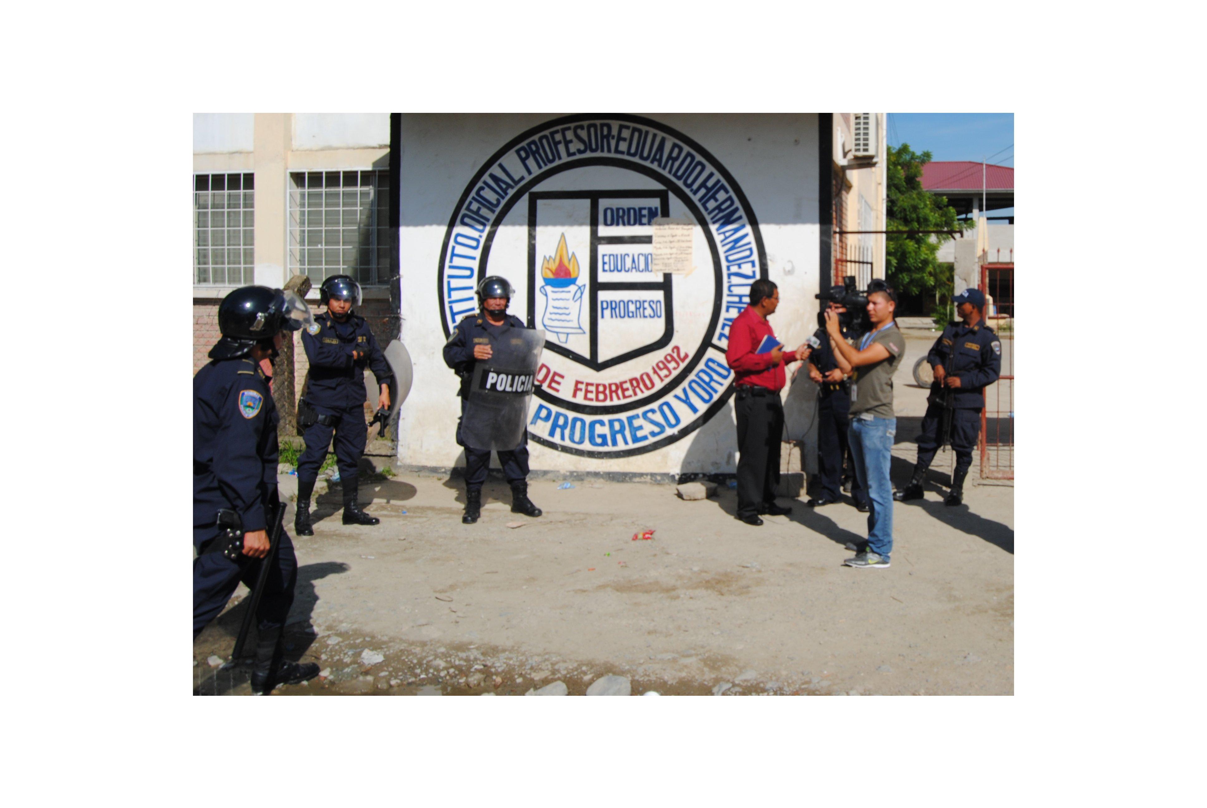 Diez detenidos temporales en desalojo de colegio en El Progreso