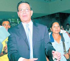 Callejaszq2063.jpg-Gobiernos liberales y nacionalistas son señalados por actos de corrupciòn. Rafel Leonardo Callejas fue Presidente de Honduras a principios de los años 90s.