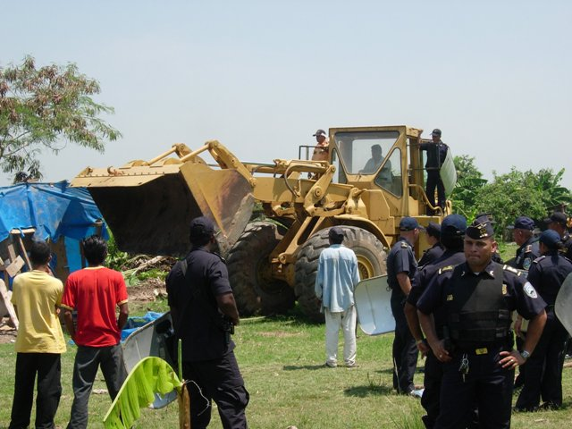 CopiadeLas_maquinas_se_llevaron_las_casas__cultivos_junto_a_las_pertenencias_de_la_genteux59113.JPG-Como la municipalidad utilizo maquinaria pesada para destruir las pequeñas casas, con lo cual pudo completar el desalojo