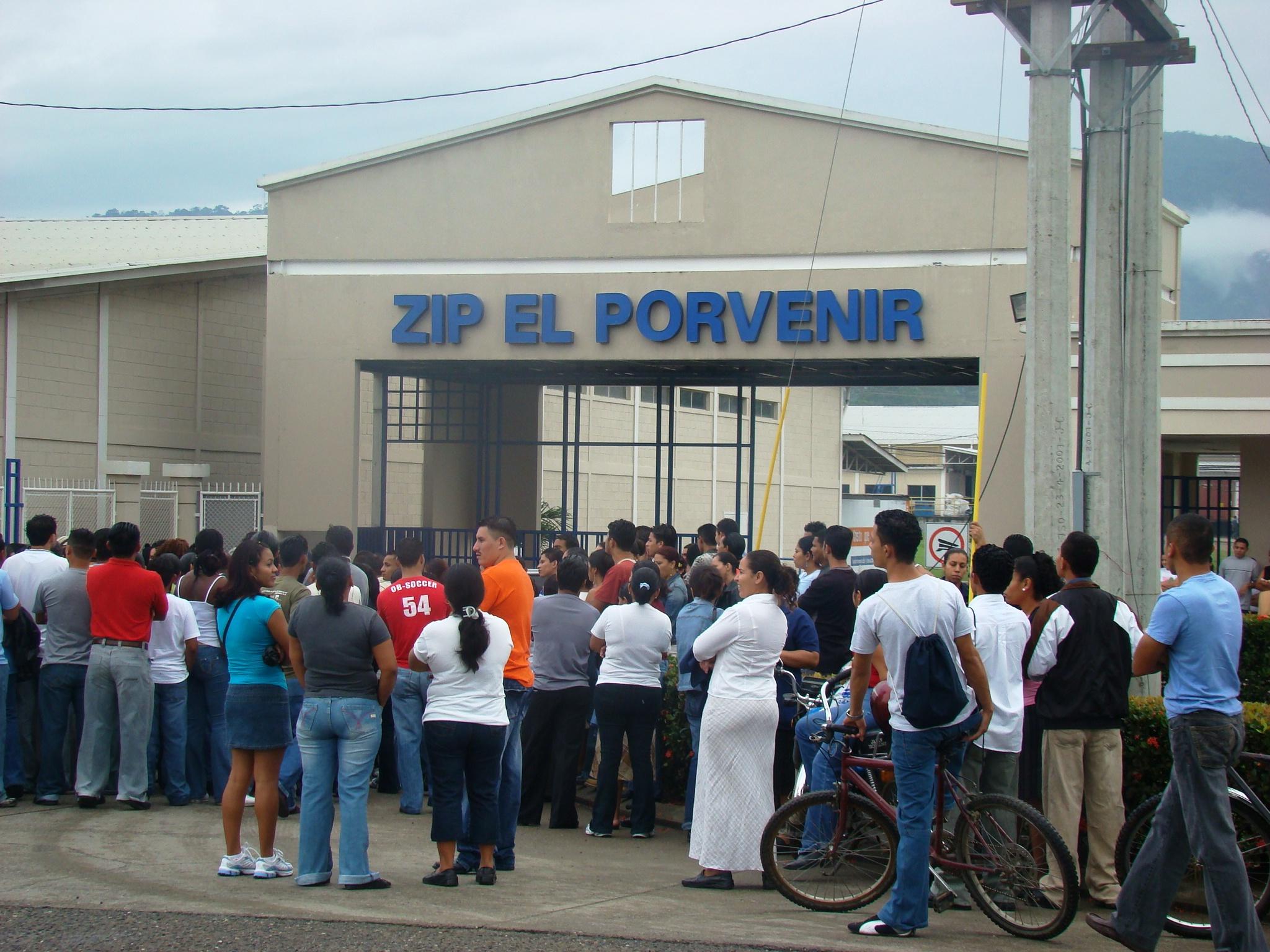 DSC00713qz00343.JPG-Trabajadores de Star durante su lucha frente a Zip El Porvenir