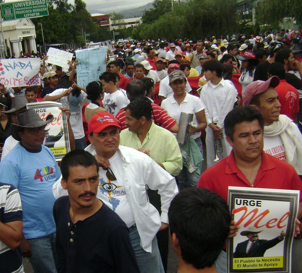 DSC08168tf02183.JPG-El pueblo expresa que las manifestaciones continuarán hasta que se restituya a Mel Zelaya.