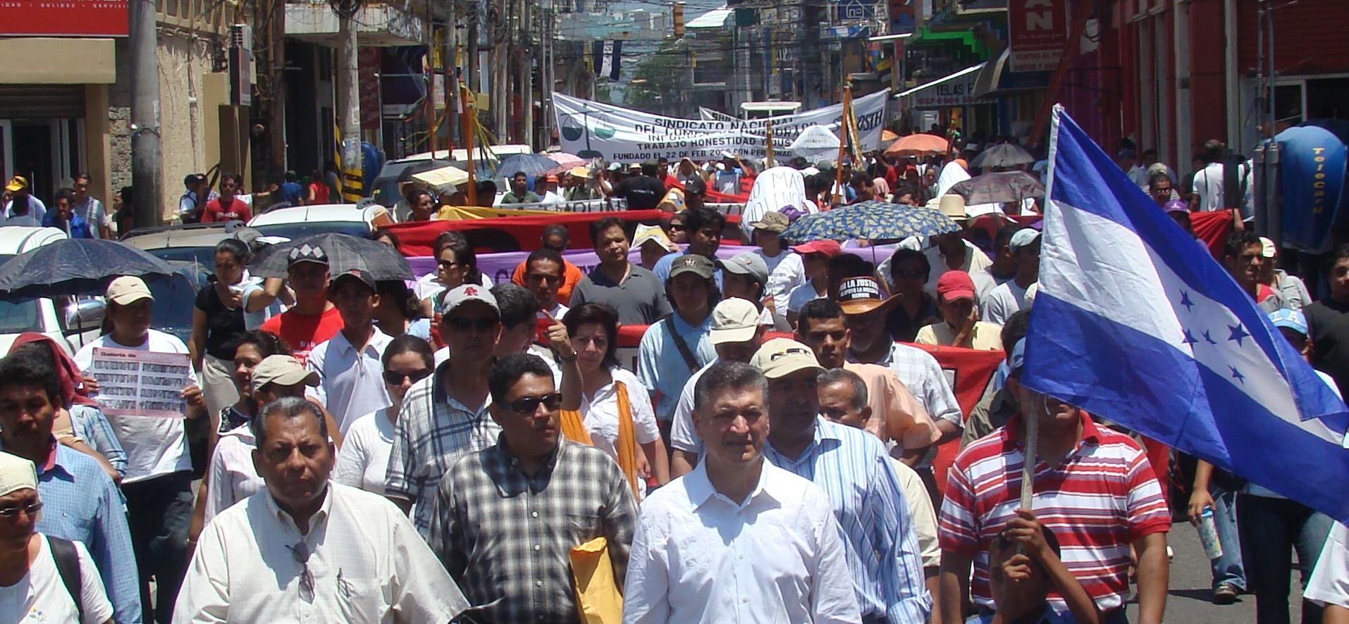 Marchan en solidaridad con el fiscal Luís Javier Santos