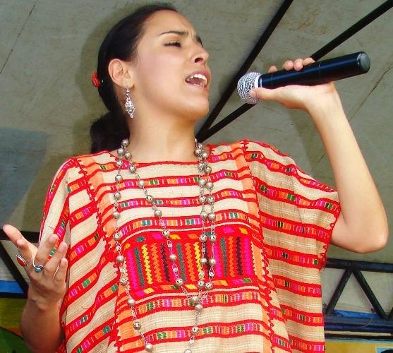Con su canto  Inés Ochoa lleva a su pueblo el mensaje de dignidad