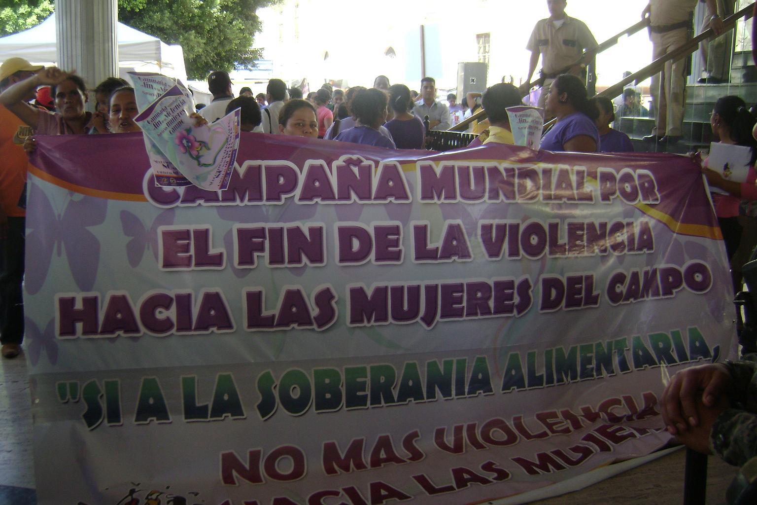"""Mujeres de la Vía Campesina en  Honduras Lanzan Campaña """"Si a la Soberanía Alimentaria no mas Violencia contra las mujeres del Campo"""