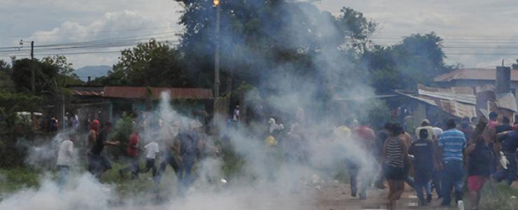 Un adolescente muerto y cuatro menores detenidos tras violentos desalojos en la Paz y Cortés