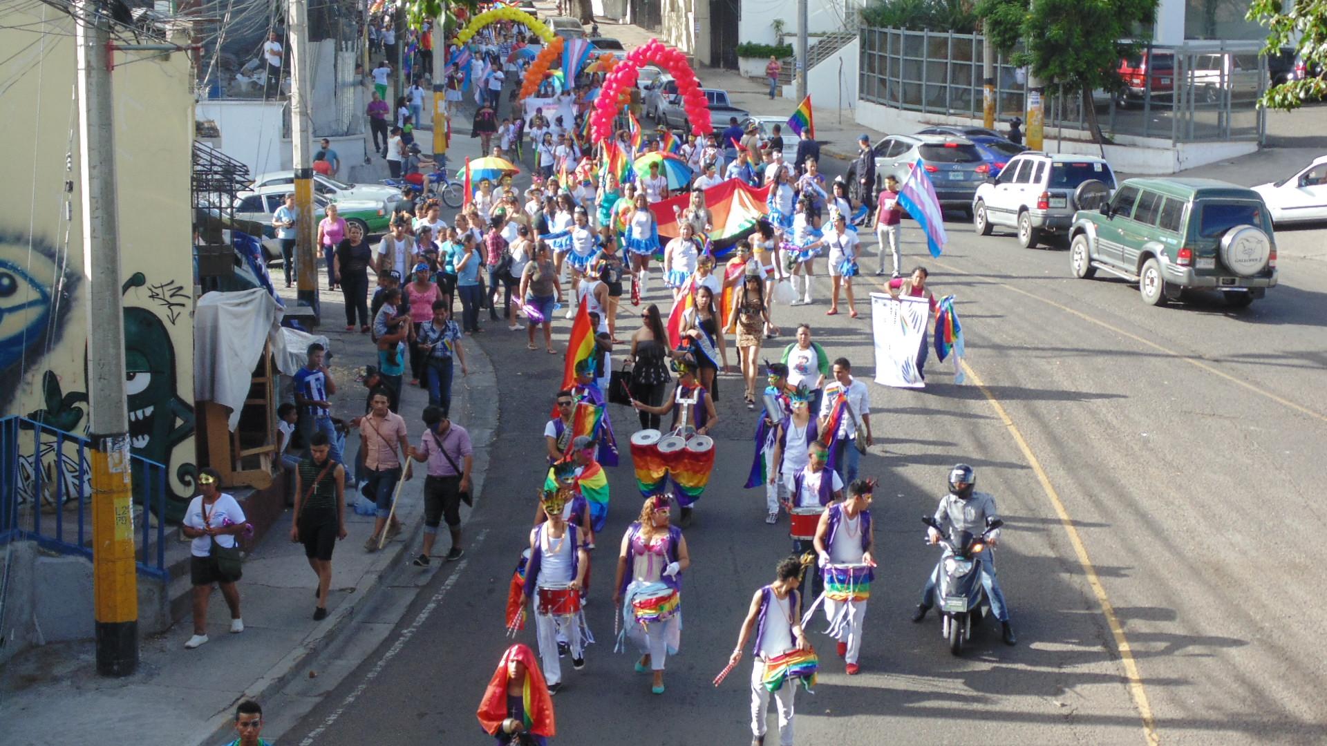 Justicia demandan en la marcha del Orgullo y la Identidad Catracha LGTBI